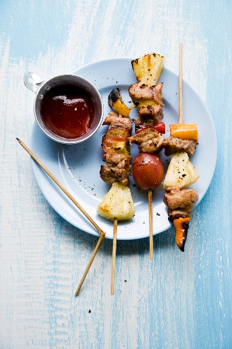 Tschigrabap (grilled pork kebabs with pineapple and vegetables, Thailand)