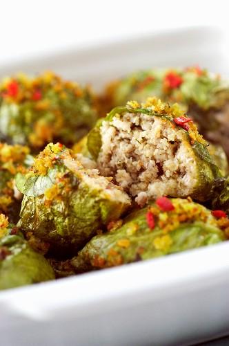 Salatröllchen mit Fleisch-Sardellen-Füllung