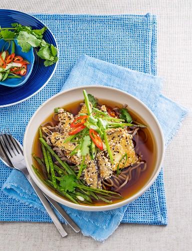 Asiatische Nudelsuppe mit vegetarischem Auberginenschnitzel