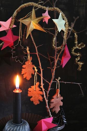 Dekorationidee für den Advent mit Schokoladenplätzchen und Sternen am Strauch hängend