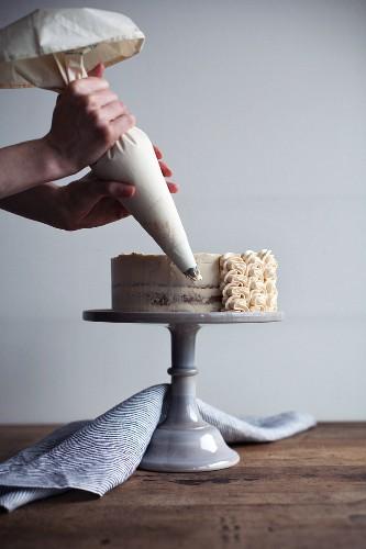 Cremetorte mit Erdnussbuttercreme verzieren