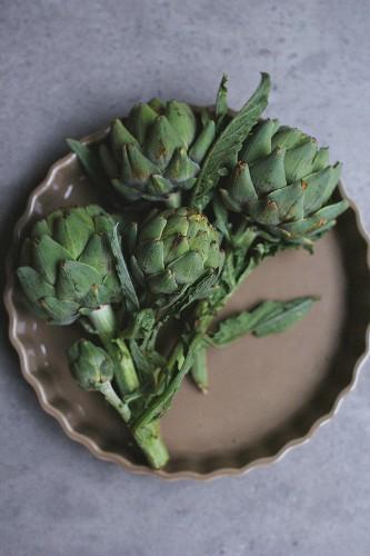 Fresh artichokes in a tart dish