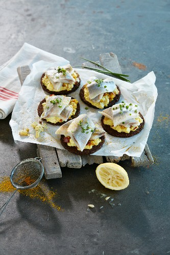 Pumpernickel rounds with soused herring and apple and curry cream
