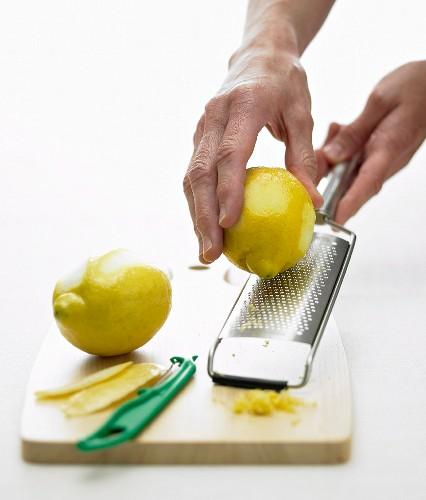 Zitronenschale mit Küchenreibe abreiben