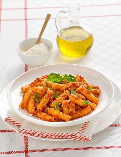 Maccheroni alla nduja (pasta with tomato sauce, spicy sausage and basil, Italy)
