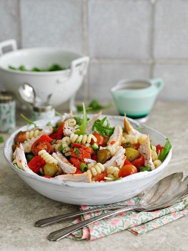 Quick pasta salad with chicken, tomatoes and gherkins