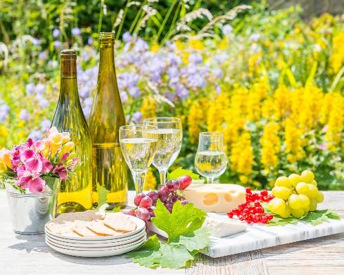 Weisswein und Käseplatte mit Trauben