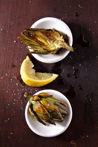 Grilled artichokes with lemon and salt