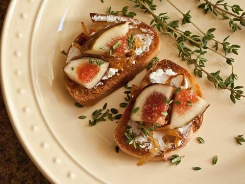 Crostini mit Feigen und karamellisierten Zwiebeln