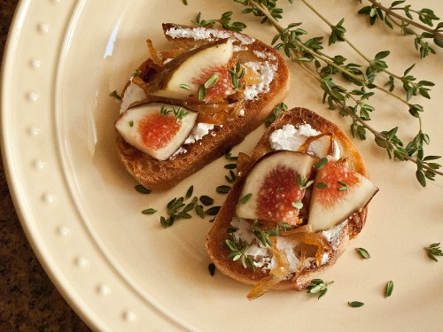Crostini with figs and caramelised onions