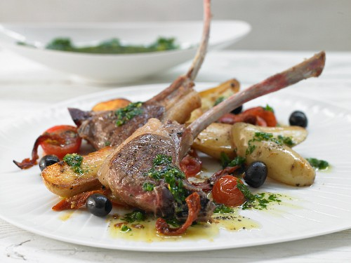 Gegrillte Lammkoteletts mit Kräuter-Oliven-Kartoffeln