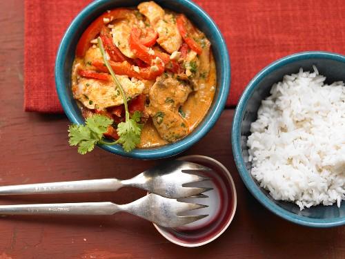 Erdnuss-Hähnchencurry mit Paprika und Reis