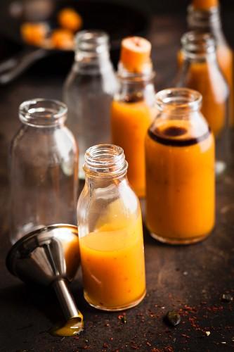 Vegane Kürbisshots mit Chiliflocken in Flaschen
