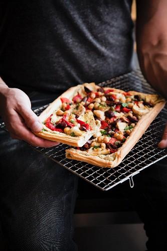 Vegane Artischockentarte mit Kichererbsen und Oliven