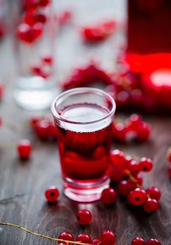 Roter Johannisbeerlikör im Glas