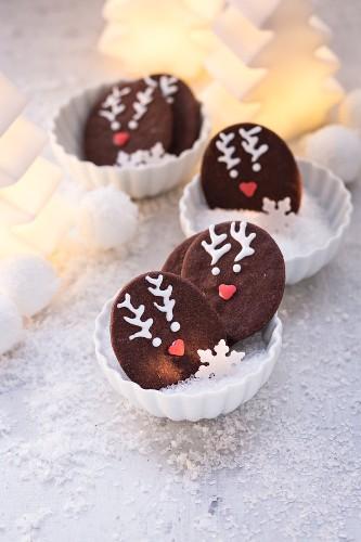 Schokoladenplätzchen mit Rentiermotiv zu Weihnachten