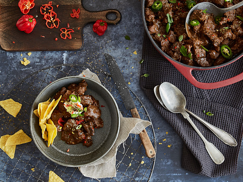 Texas-style chilli con carne with tortilla chips