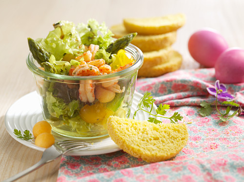 Salad with green asparagus, melon and prawns