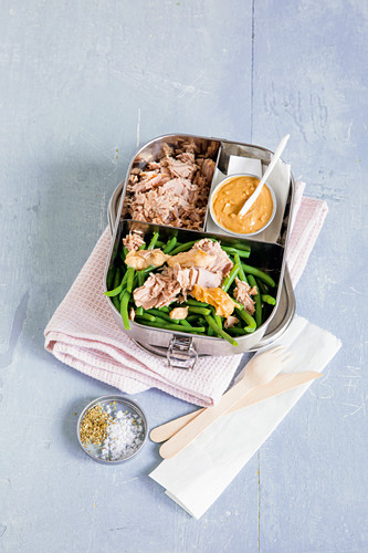 Green beans with tuna and peanut sauce