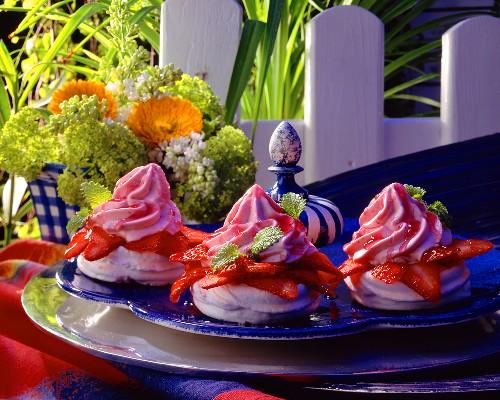 Meringue tartlet with strawberries & strawberry soft ice cream