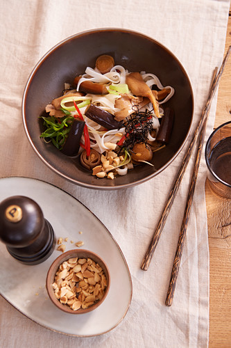 Rice noodles with aubergines and oyster mushrooms (after work)