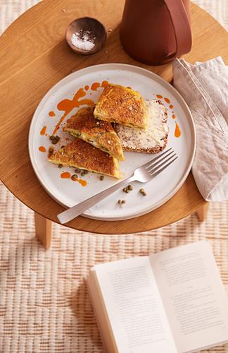 Chorizo-Omelett mit Ziegenkäse, Petersilie und Kapern (After Work)