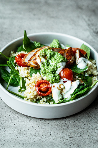 Fitness bowl with chicken breast, bulgur, spinach and pesto