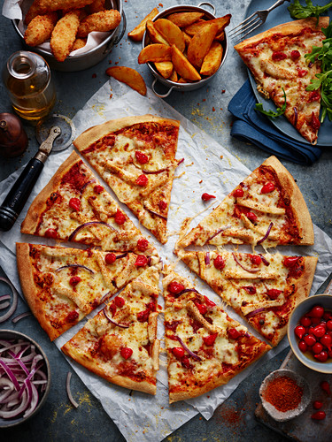 Pizza with chicken breast and red onions