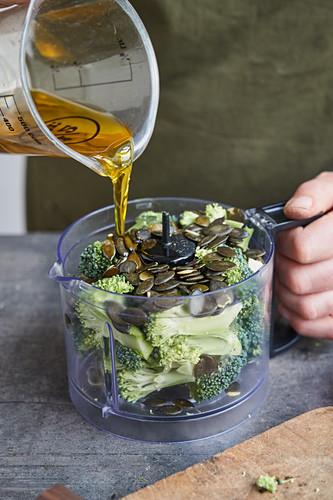 Brokkoli und Kürbiskerne und Öl in einem Foodprocessor