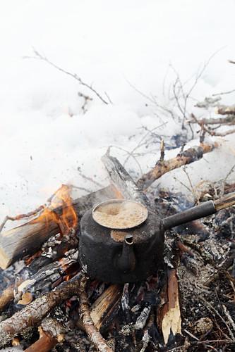 Kaffee kocht auf dem Lagerfeuer in Lappland