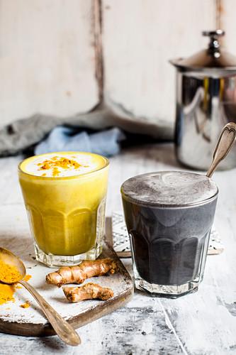 Golden Milk und Charcoal Latte (vegan)