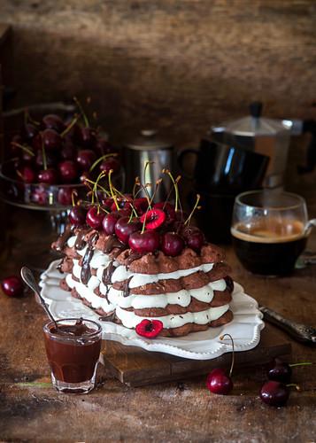 Schokoladen-Baiser-Kuchen mit Kirschen