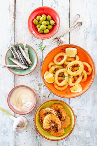 Verschiedene Tapas mit Meeresfrüchten und Fisch (Spanien)