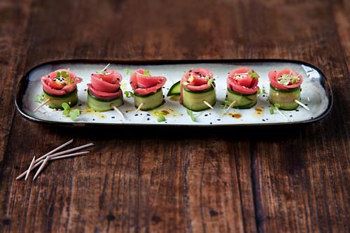 Cucumber and tuna roses with wasabi cream