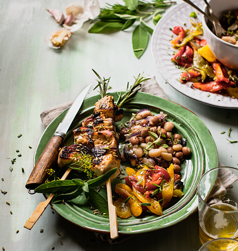 Pork kebabs with beans and roasted peppers