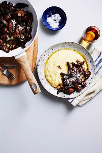 Polenta mit Rotwein-Pilzen