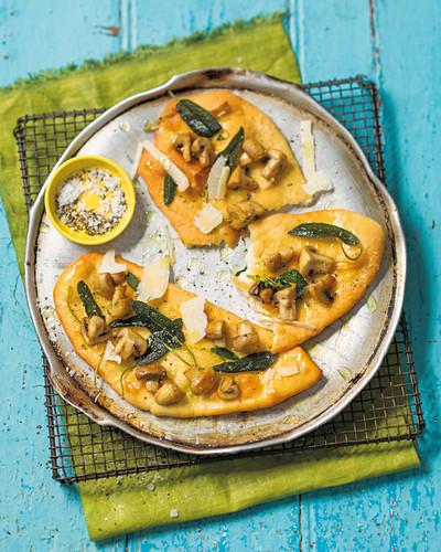 Fladenbrote belegt mit Pilzen, Salbei und Parmesan