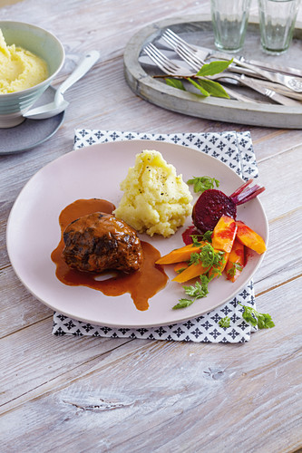 Beef cheeks with seasonal vegetables and mashed potatoes
