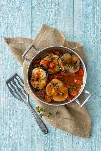Bonitotranchen mit Tomaten, Kapern und Oregano