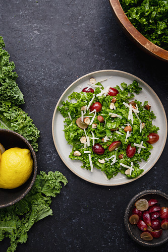Kale salad with grapes
