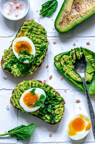 Körnerbrot mit Avocado, Ei, Spinat und Koriander