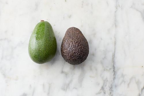 Die Reife von Avocados erkennen