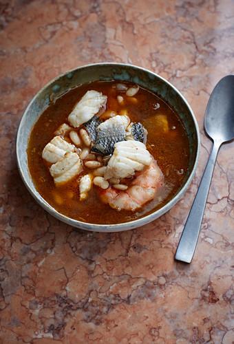 Fisch-Krustentier-Eintopf mit weißen Bohnen