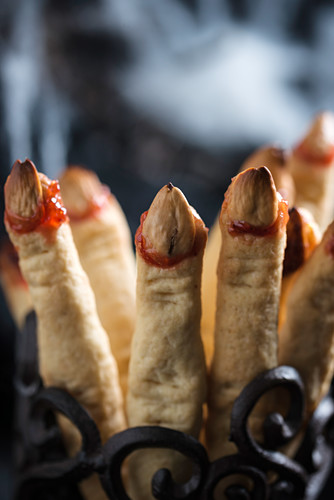Shortcrust finger pastries for Halloween (with almonds and jam)