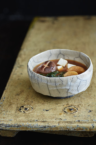 Misosuppe mit Wakame, Tofu, Rettich und Shiitake
