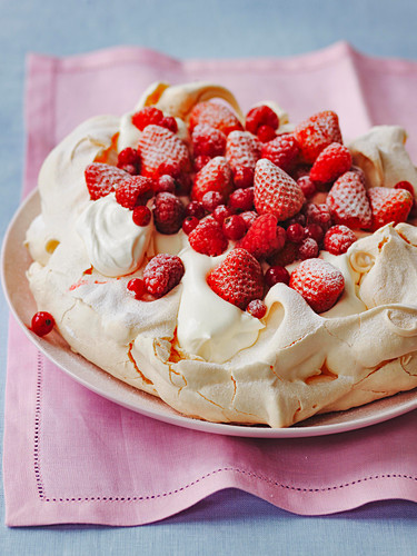Erdbeer-Johannisbeer-Pavlova mit Schlagsahne