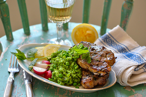 Mushy peas with grilled lamb chops