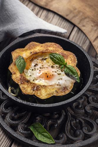Egg In A Hole (Spiegelei im gebratenen Eichelkürbis)