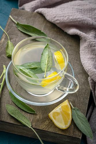 Salbei-Zitronen-Tee in Glastasse