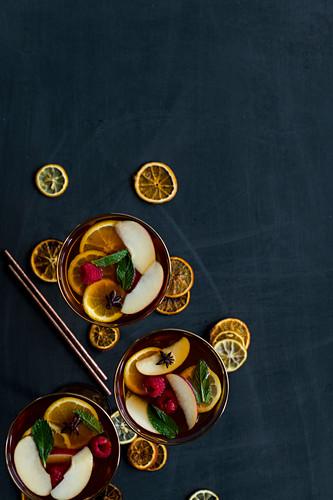 Rooibos-Sangria mit Apfel und Zitrone